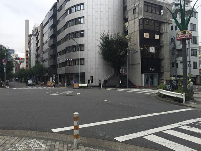 恵比寿西一丁目の交差点を右に曲がります。